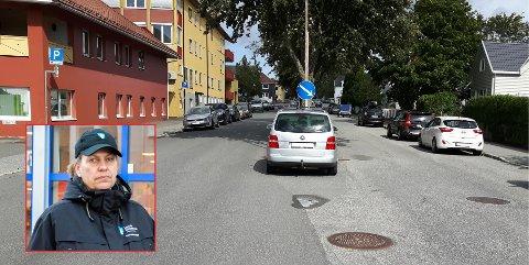 Siw Ternsteen (innfelt) og de andre trafikkbetjentene i Larvik kommune delte ut nesten 2.000 parkeringsbøter i 2019. Dette var en av de det var vanskelig å bortforklare. (Foto: Maria Brattbakk/Privat)