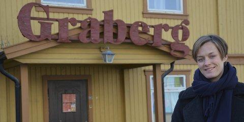 1. mai-taler i Elverum: Anette Trettebergstuen, Hedmark Aps førstekandidat til Stortingsvalget, utenfor Gråberg i Elverum, arbeiderbevegelsens gamle høyborg. Hedmark har hatt mange markante politikere på tinget. – En kan ikke bli skremt av det, men finne inspirasjon i det, sier Trettebergstuen.