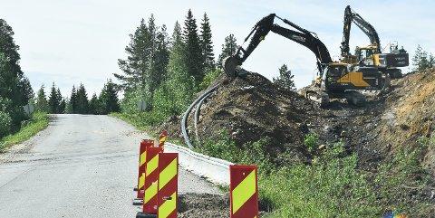 LEGGER RØR: Det graves langs Budorvegen i Løten, der kommunen og Løiten Almenning samarbeider om nytt anlegg for vann og avløp.