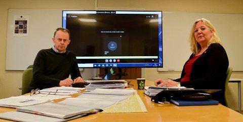 POSITIVT RESULTAT: Kommunedirektør Kristian Trengereid, her sammen med  ordfører Lillian Skjærvik, har lagt fram  Elverum kommunes årsregnskap for 2020 med 13,4 millioner kroner i pluss.