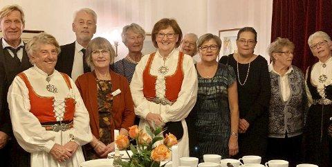Festpyntet gjeng: Her er noen av dem som deltok på feiringen. Foto: Privat