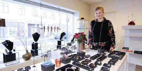 SMYKKEKUNST I SENTRUM: Gründer Laima Nebileviciene lager håndlagede smykker og flyttet inn i lokalet i Storgata for et drøyt år siden. Foto: Beate Sloreby