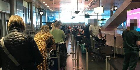 KØ-KAOS: Det ble mye venting og liten plass for de ankomne fra utlandet søndag ettermiddag. (Foto: Privat)