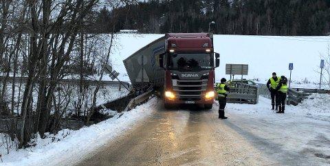 MÅ TA AFFÆRE:For andre gang på få dager har en trailer kjørt seg fast på brua.