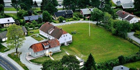 IDYLLISK: Tune Prestegård ligger idyllisk til på Valaskjold.