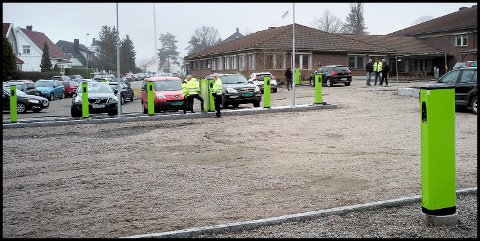 Rundt 20 nye ladestasjoner for elbil er nå satt opp på parkeringsplassen ved Kruseløkka sykehjem, og om kort tid kommer det ytterligere rundt 20 stasjoner ved Tune rådhus.