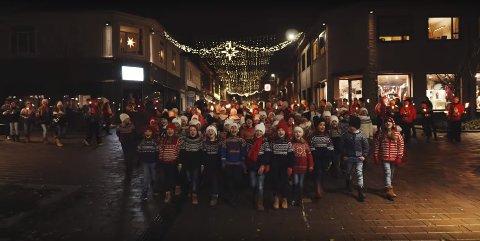 SENTRUM: 150 små og store var med på innspillingen av musikkvideoen i Sarpsborg sentrum denne uka.