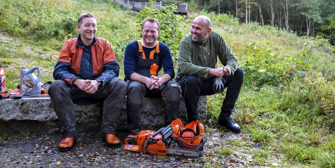 JOBBER PÅ: Tom Sandham, Bård Løken og Øyvind Fredriksen og resten av dugnadsgjengen har jobbet flere hundre timer i Prestenga. – Vi føler virkelig det er mye velvilje, sier de.