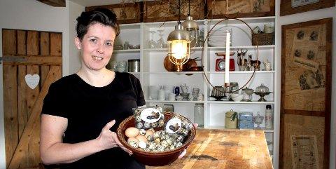 VAKTELBONDE: Venke Omsland Gyllensten har blitt hønsemor for 400 vaktlar i Dalsbygda i Skien.foto: tone lundeberg