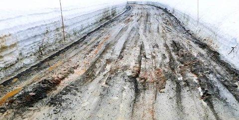 VEI BLE GRØFT: I påsken var det mange som fikk trøbbel langs Sudbøvegen i Åmotsdal. Dårlig vedlikehold og værforhold har gjort veien til en stor grøft.