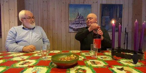 FØRJULSSTEMNING: Sverre F. Henriksen og Terje Nyvoll spanderer på seg både julebrus og hjemmelagde Mozart-kuler den første søndagen i advent..