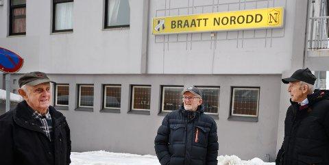 Sten Lyngstad (fra venstre), Øivin Bjørshol og Jan Torske mener fortsatt det er feil å selge bygården Braatt og Norodd eier i Kristiansund sentrum.