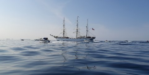 Mange småbåter fulgte den flotte seilskuta.