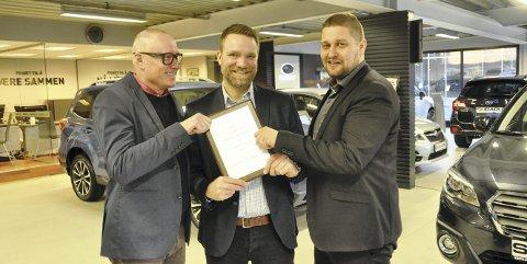 FORNØYDE: Morten Danby (fra venstre), Joakim Tronhaugen og Michael Vethe vant sølv i Årets forhandler-konkurransen.