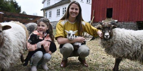 : Oda Emilie Huth og datteren Lerke bor på Eikeland. På småbruket har de sauer og høns. Sauene har kommet som kopplam, og har startet tilværelsen med melk gjennom sonde.