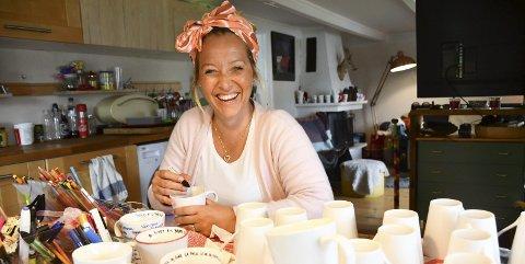 Verksted hjemme: Michelle Myklebostad produserer sine populære kopper hjemme på kjøkkenet i Østerkleiv. Foto: Anne Dehli