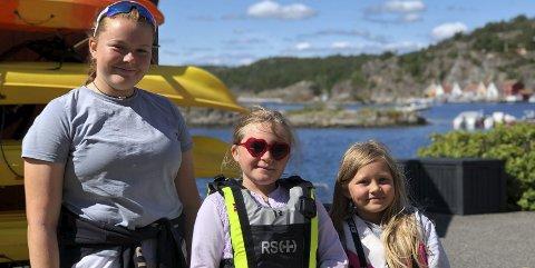 Tidlig krøkes: Den skal tidlig krøkes, som god båtfører skal bli. Andrea (t.v) har «alltid» kjørt båt, og nå lærer hun opp Molly (midten) og Anny. Foto: Siri Fossing