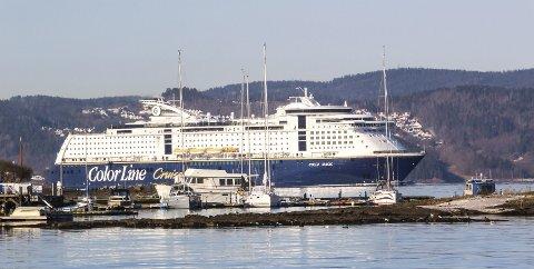 Bølger på brygga: Cruiseskip lager større bølger enn «Color Magic» i gjestehavna på Persteilene, og kommer nærmere med ny skipslei. Foto: Staale Reier Guttormsen
