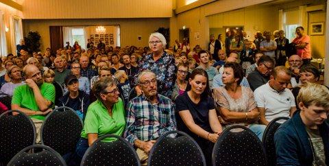 FULLT HUS: 200 mennesker var møtt fram for å si sin mening om en mulig nedlegging av Kroer skole.