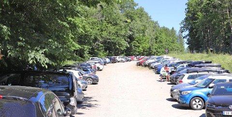 POPULÆRT FRIOMRÅDE: På dager med fint svær strømmer folk til Breivoll. Når parkeringsplassene er fulle, setter folk fra seg bilene langs grusveien inn til Breivoll gård. Da kan det være vanskelig for utrykningskjøretøy å komme frem hvis det skulle skje noe.