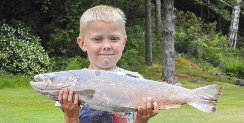 Storfiskeren: Mikkel Strand (6) fanget storruggen under fisketur med pappa Herman sist uke.Foto: Bjerva
