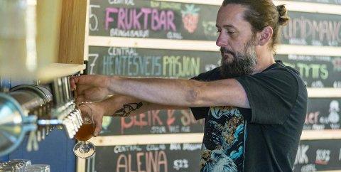 ÅPNER BAREN: Harald Søllesvik gleder seg over å kunne åpne baren igjen.