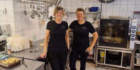 TRAVEL SOMMAR: Lise Viken (t.v.) fekk det så travelt i sommar at ho såg seg nøydd til å tilsetje ein til. No driv ho fjellstova saman med venninne, kokk og turoperatør Anne Kvellestad Klakegg.