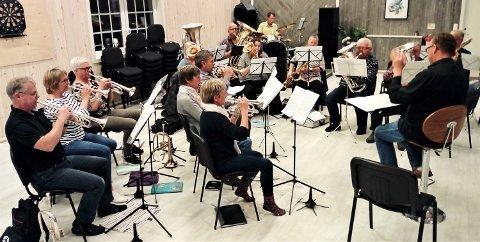 ØKER: Åmot hornmusikk har fått flere nye medlemmer nylig, men understreker at det er plass til flere.