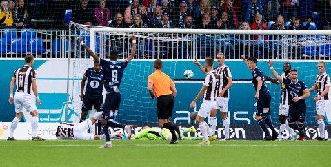 TØFT: Mjøndalen møtte Kristiansund på bortebane i Eliteserien søndag. Her scorer KBK kampens første mål. Det ble 4-0-tap.