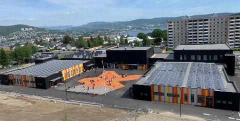SPARER TIL REGNVÆRSDAGER: Fjell skole skal i vinter varmes på sommerens solstråler.