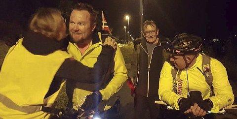 Velkommen hjem: Flere hadde møtt opp i Ytre lørdag kveld for å ta imot de to spreke karene etter sykkelturen fra Nordkapp.foto: privat