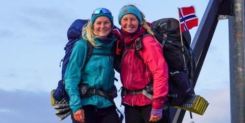 MÅLET ER NÅDD: Ida Ellingsund og Ida Hermann på Nordkapp, 132 dagar etter at dei gjekk frå Lindesnes var dei framme ved målet.
