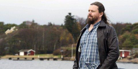 BOK FRA SLEVIK:  Forfatter Bjørn Andreas Bull-Hansen ute med ny bok Den handler om Isak, og er lagt til Fredrikstad og Slevik. Foto: THomas H. Arntsen