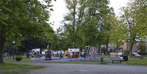 Populær: Lekeplassen ved Domkirken i Fredrikstad sentrum brukes flittig av småbarnsfamilier. Flere har savnet stellefasiliteter, det kommer neste år.