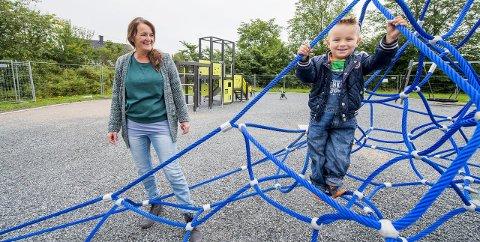 Prøvekanin: Mario Færevik og bestemor Bente fikk bli med FB inn på lekeplassen før den åpnet. I dag kan alle delta i åpningen av bydelens nye park.arkivfoto: erik hagen
