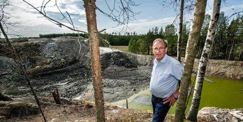 AVVENTER BEHANDLING: Hans Ek mener gropa i det gamle sanduttaket er fylt opp så mye at terrenget er blitt helt annerledes enn før man startet uttak.