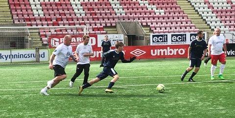 PÅ ETTERSKUDD: Gatelagets big boss, Lars Petter Hansen (til venstre) kom på etterskudd i denne situasjonen mot Støtvig hotel.
