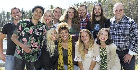 HELLO: Hvem av disse 12 blir den beste norskamerikaneren i «Alt for Norge»? Jake Uggerud fra Åsnes er nummer to fra høyre, med langt hår. Foto: Ingerid Medhus