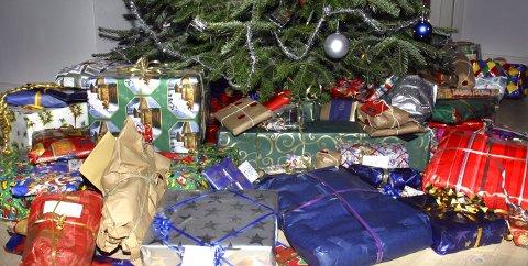 Et slikt bugnende gavedryss under juletreet, er det mange som ikke har råd til. Særlig ikke i år. Et massivt gavetrykk er heller ikke noe så streve etter, men å kunne gi barna sine noen julegaver, og spise god mat julaften, det bør alle kunne få gjøre. Hege Anita og Tom Grønnerud fra Magnor har bestemt seg for å bidra til nettopp det.