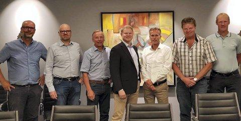 FORNØYDE: Rimfeldt Eiendom og Ø.M. Fjeld signerte denne uken en kontrakt om bygging av to næringsbygg på Hvam i Skedsmo. Fra venstre Frode Kristiansen (Ø.M. Fjeld), Amund Haukerud (Rimfeldt Eiendom), Bjørn Marius Ulimoen (OPAK), Karl Erik Rimfeldt (Rimfeldt Eiendom), Kjell Bjarte Kvinge (Ø.M. Fjeld), Ole Johan Krog (Ø.M. Fjeld) og Lars Holter (Ø.M. Fjeld).