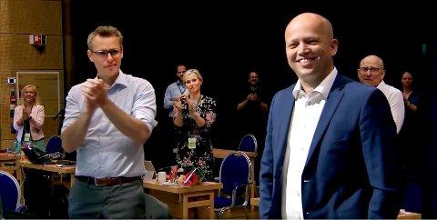 KLAPPER FOR TRYGVE: Fylkesleder Kjersti Bjørnstad (i midten) hyller statsministerkandidat Trygve Slagsvold Vedum. Til venstre nestleder Ola Borten Moe