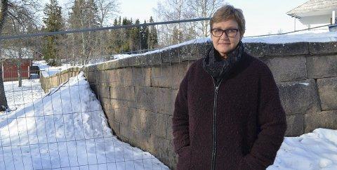 - VIKTIG DEL AV HISTORIEN: Sier rektor ved Lunner barneskole, Kari Mari Engnæs, om granittmuren på skolens område. Nå er muren sikret, både med grus og med gjerder rundt, for at den ikke skal rase.