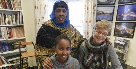 Populær leksehjelp: Mohamed Hasi (tv), Qaadra Gür og Hanne Hordnes (pensjonert lærer).