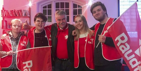 Feira på valvake: Terje Kollbotn med nokre av ungdommane i nystifta Ullensvang Raudt etter at valresultatet var klart måndag kveld. Foto: Privat
