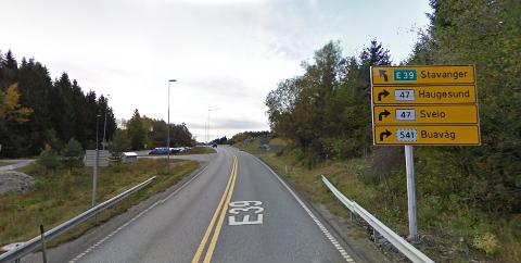 MANGLENDE SKILTING: Her er første skilt du møter som viser at du er på vei til Haugesund.