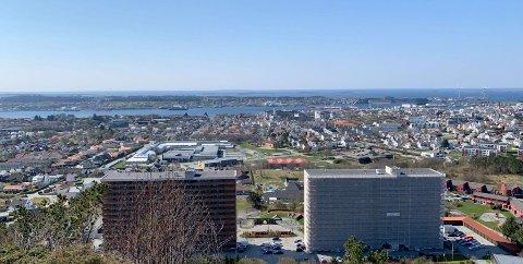 BLÅ HIMMEL: Haugesund (og Torvastad og Feøy) badet i sol onsdag ettermiddag. Her sett fra Vardafjellet.
