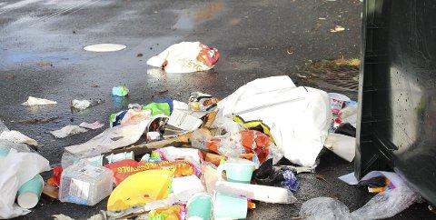 Omfattende: Innholdet i ti søppeldunker er spredt utover.