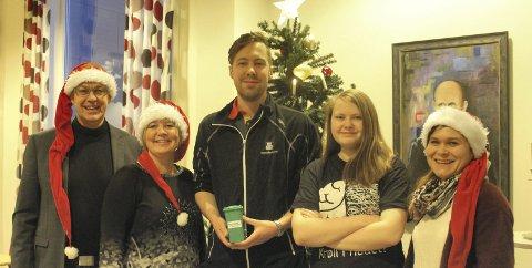 Julenisser: Håkon N. Johansen (til venstre), Toril Forsmo (nr. 2 til venstre) fra SHMIL og Heidi Eggen (til høyre) fra Retura gir 15.000 kroner til Mental Helse ved leder Marius D. Tveraa (midten) og nestleder Amalie Forsjord (nr. 2 fra høyre)foto: B. Wærstad