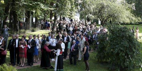 Hagefest: Kong Harald og dronning Sonja inviterte til hageselskap i Dronningparken torsdag. Kronprins Haakon, kronprinsesse Mette-Marit og prinsesses Astrid deltok også i selskapet hvor 1.500 mennesker var invitert. Foto: Lise Åserud / NTB scanpix