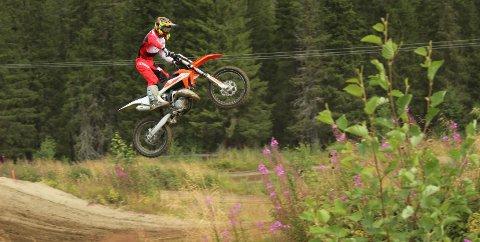 SATSER: Odin Ivarrud (16) i et luftig svev. Nå skal han snart montere sin nye sykkel, og satser på en ny sesong med motocross.  Foto: Benjamin Thorsen
